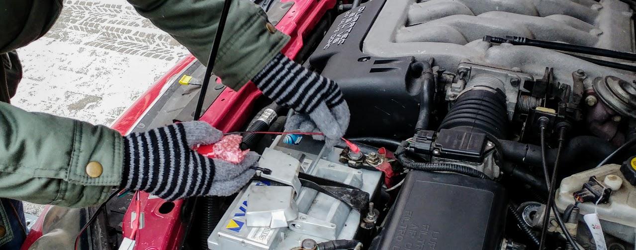 autóba rejtett nyomkövető